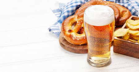 Lager beer mug and fresh baked homemade pretzel with sea salt. Classic beer snack. With copy space Banque d'images