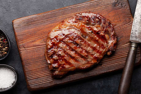 Grilled beef steak with spices. On cutting board. Top view flat lay Banque d'images