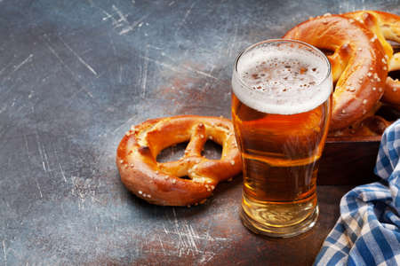 Lager beer mug and fresh baked homemade pretzel with sea salt. Classic beer snack. With copy space Standard-Bild