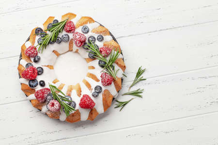 Christmas cake with berries. Top view flat lay with space for your greetings Standard-Bild