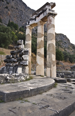 delfi: Temple of Athena pronoia at ancient Delphoi in Greece