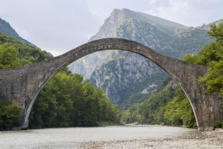 Histórico puente de piedra de Plaka en Epiro, Grecia
