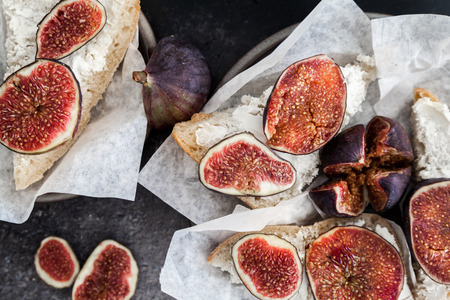 queso de cabra: Crostini starter with goat cheese and figs