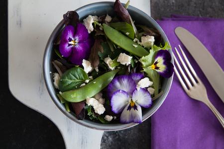 Fettarm Salat mit essbaren Blüten Standard-Bild - 70704935