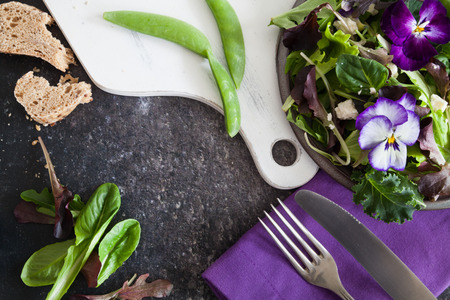 Vegan Frühlingssalat Standard-Bild - 70761874