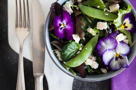 Frische Snap Erbsen-Salat mit essbaren Blüten Standard-Bild - 71053270