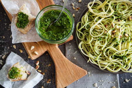 Holz Knoblauch Pesto mit Spaghetti Pasta Standard-Bild - 77565300
