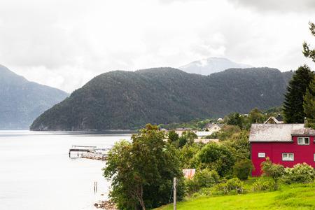 Haus am Fjord, Norwegen Standard-Bild - 82717922