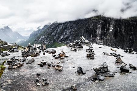 Norwegischer Bergblick Standard-Bild - 83976165