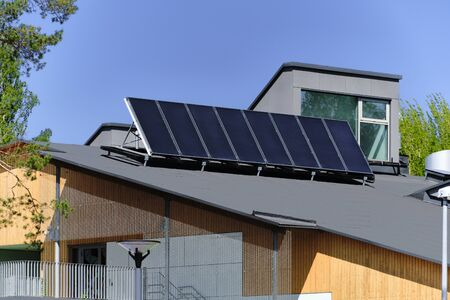 Solar panels on the roof of a private house Banque d'images