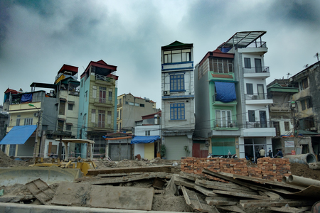 HANOI, VIETNAM, MARCH 12, 2016: Unidentified vietnamise people at a construction, early morning, cloudy sky Imagens - 100666286