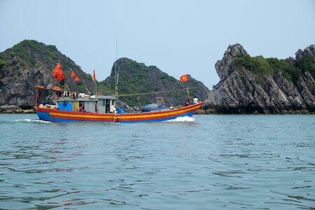 vietnamese fishing boat on the sea at cat ba island, hai phong Imagens