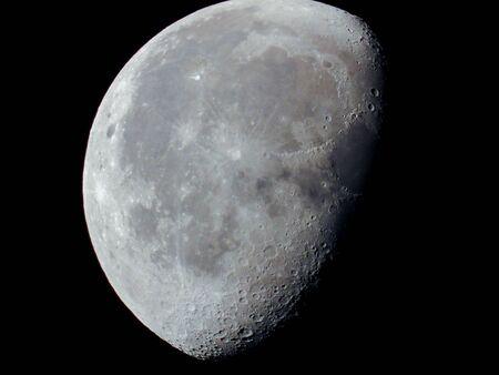 eine sehr dichte Nahaufnahme eines abnehmenden Mondes am Nachthimmel Standard-Bild