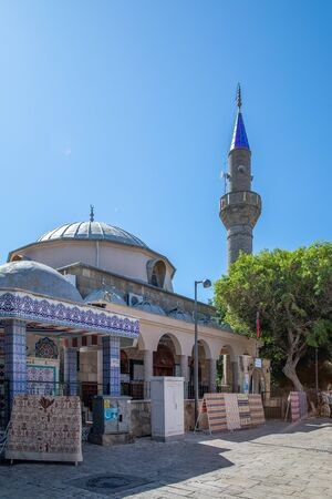 an old historical mosque with the blue sky in the background Imagens