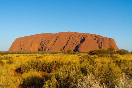 en el interior de Australia se encuentra el hito de Australia, la roca ayers llamada Uluru Foto de archivo