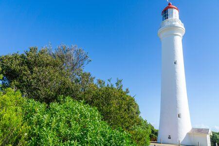 Split Point Lighthouse ist ein Leuchtturm in der Nähe von Aireys Inlet, einer kleinen Stadt an der Great Ocean Road in Victoria, Australien. Der Great Ocean Walk führt zum Leuchtturm. Standard-Bild