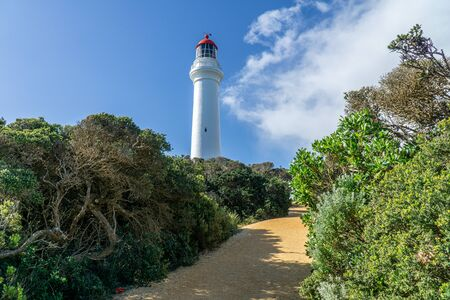 Split Point Lighthouse is a lighthouse close to Aireys Inlet, a small town on the Great Ocean Road in Victoria, Australia. The Great Ocean Walk leads to the lighthouse. Banque d'images