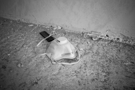there is a discarded breathing mask on the floor Standard-Bild