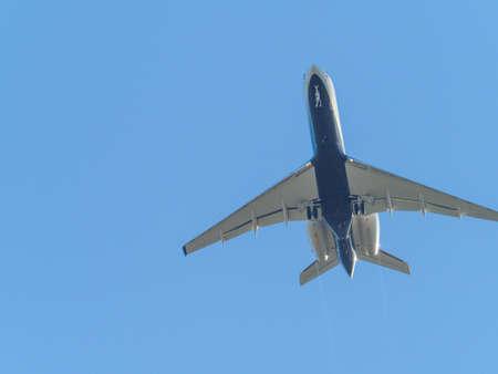 a transport plane flies in the blue cloudless sky Standard-Bild