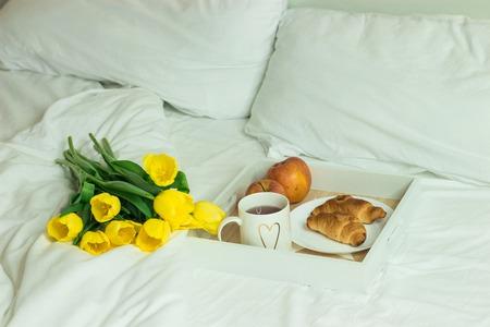 desayuno romantico: Breakfast in bed. Romantic breakfast. Spring morning. Cozy. Foto de archivo
