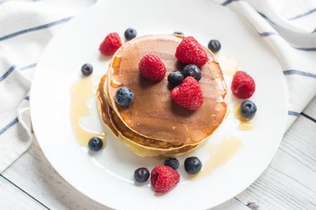 espantapajaros: Breakfast. Berries. Pancakes. Romantic breakfast on a wooden table. Spring morning. Cozy. Foto de archivo