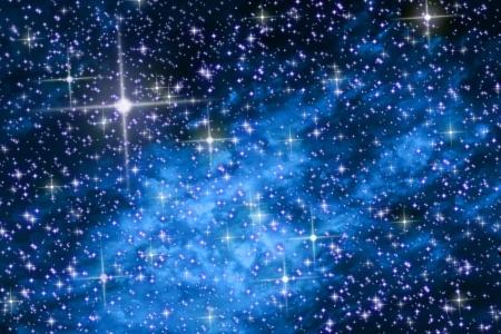 estrellas moradas: El cielo de la noche de estrellas y galaxias azules  Foto de archivo