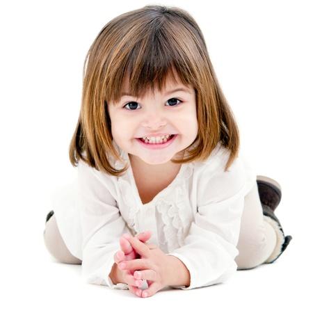 is playful: Retrato de niña linda con sonrisa de oreja a oreja. Aislado sobre fondo blanco. Foto de archivo