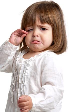 petite fille triste: Portrait de jeune fille pleure litte. Isolé sur fond blanc.