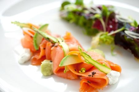 salmon ahumado: Close up de ensalada de salmón ahumado con espárragos verdes y aguacates