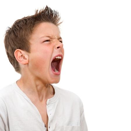 persona enojada: Close up retrato de ni�o enfadado gritando Aislado sobre fondo blanco Foto de archivo
