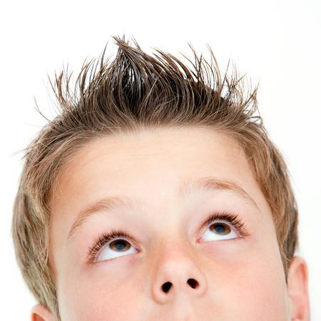 ni�os felices: Extreme close up retrato de la joven mirando hacia arriba aislados en blanco