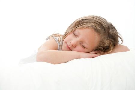 enfant qui dort: High key Close up portrait de sommeil mignonne petite fille Isolé sur fond blanc