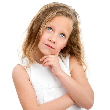 niños pensando: Close up Retrato de niña linda con la expresión de la cara preguntando Aislado sobre fondo blanco