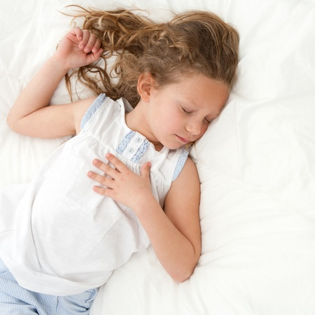 enfant qui dort: Jeune fille qui dort peu avec l'expression du visage pacifique