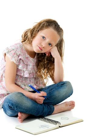 deberes: Retrato de aburrido mirando ni�a rubia con la tarea aislado en blanco