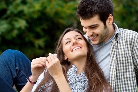 parejas felices: Close up retrato de una pareja joven y atractiva en amor al aire libre Foto de archivo