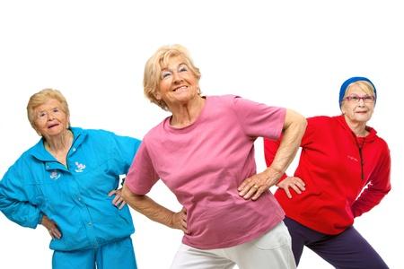 haciendo ejercicio: El grupo Tr�o de mujeres ancianas, haciendo ejercicios de estiramiento aislado en blanco