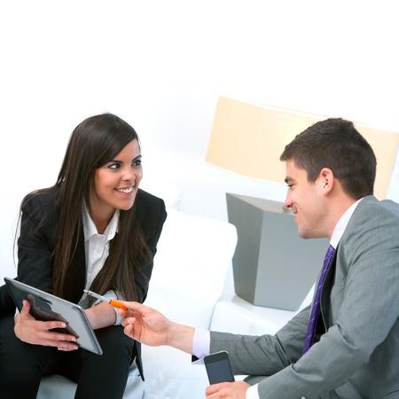 amigas conversando: Cerca de la pareja de negocio en una reuni�n que usa la tableta digital.