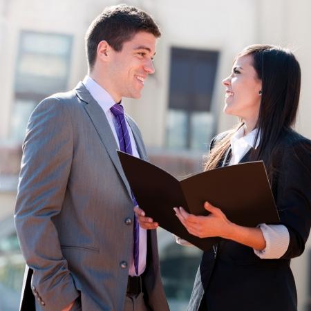amigas conversando: Primer plano de una pareja de negocios joven con aire libre de archivos. Foto de archivo