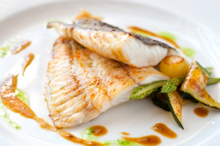 Close-up van Gegrilde tarbot vis met groenten.
