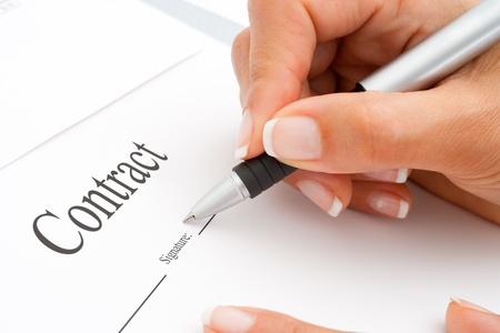 signing: Estrema Macro Close up di mano femminile firmare un contratto