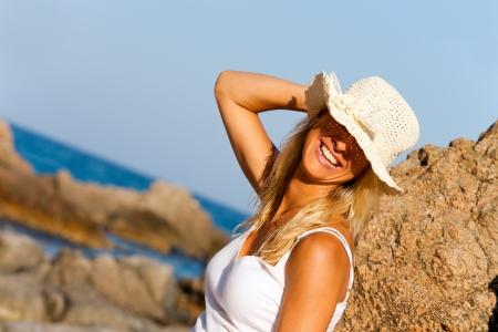 chapeau de paille: Close up portrait de jeune femme souriante sous le chapeau de paille sur la plage