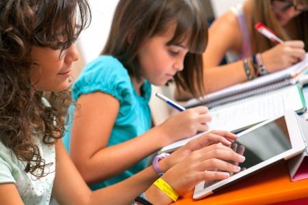 oktatás: Közelről a tizenéves lányok csinál házi feladatot. Stock fotó