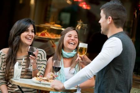 Groep jonge vrienden die een drankje op het terras Stockfoto