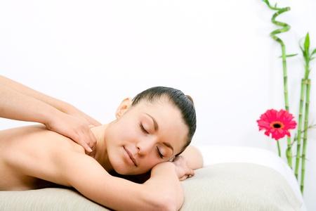 massaggio collo: Giovane donna attraente che gode massaggio al collo.