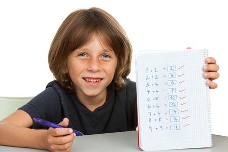resolving: Ritratto di studente ragazzo carino che mostra la matematica equations.Isolated su bianco.