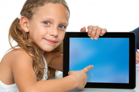 ragazza che indica: Close up ritratto di ragazza carina che punta sul bianco schermo del Tablet PC ditital Isolato su sfondo bianco