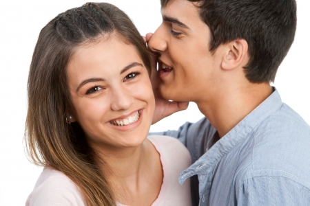 amigas conversando: Primer plano de novio susurrando secretos a la novia. Aislado en blanco.