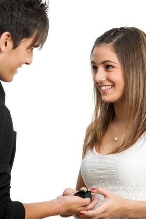 fidelidad: Primer plano de diamante linda chica recibiendo ring.Isolated en blanco.