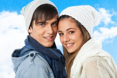 boinas: Close up retrato de pareja adolescente linda en ropa de invierno. Foto de archivo